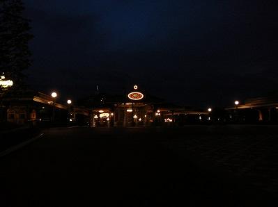 早朝の真っ暗な東京ディズニーランドのディズニーホテル専用エントランス
