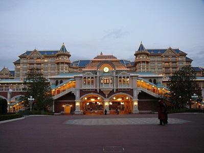 早朝の明るくなってきた東京ディズニーランドのディズニーホテル専用エントランス