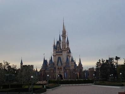 ハッピー15エントリーで入園したときの誰もいない東京ディズニーランドのシンデレラ城前の風景