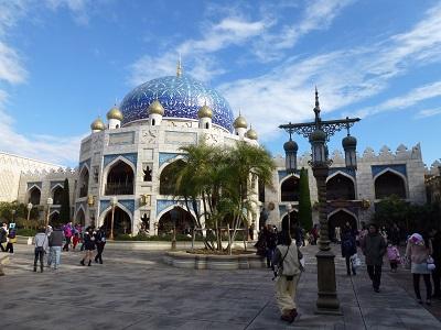 青い空と白い雲とキャラバンカルーセルのモスクみたいな建物