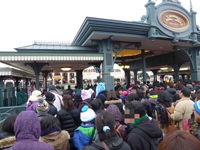 冬休みの東京ディズニーランドのディズニー専用エントランスに並ぶ大勢のゲスト