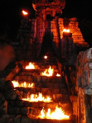 炎に浮かび上がる夜のレイジングスピリッツのモニュメント