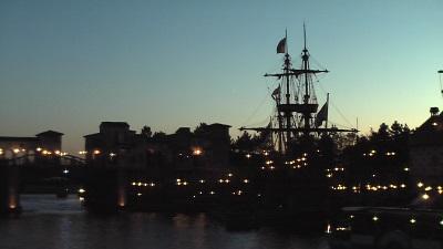 メディテレーニアンハーバーの夕暮れ、影が浮かび上がる帆船の風景