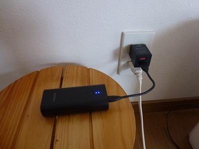 モバイルバッテリーとつないだUSB充電器をコンセントにさした状態