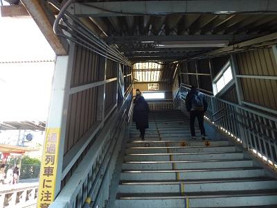JR稲荷駅の跨線橋の階段