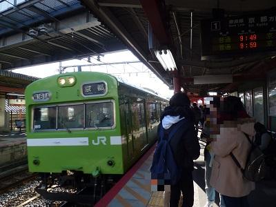 JR稲荷駅に到着した電車