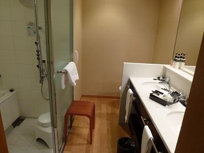 ホテルグランヴィア京都の洗面所と浴室