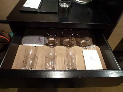 ホテルグランヴィア京都のミニバー引き出しの中のグラス類