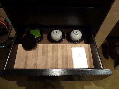 ホテルグランヴィア京都のミニバーの引き出しの中の湯呑み類