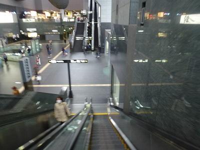 ホテルグランヴィア京都から京都駅内へ下りるエスカレーター