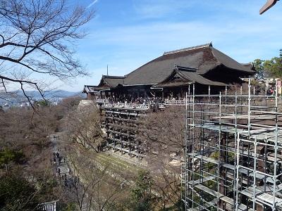 改修工事の足場と清水寺