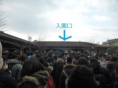 東京ディズニーシーの入園口付近で開園待ちをする人たち