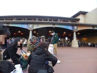 東京ディズニーシーの開園待ちに並ぶ人たち