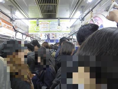 JR武蔵野線の混み合う車内