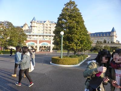 東京ディズニーランド前からディズニーランドステーションを見たまだあまり人がいない様子