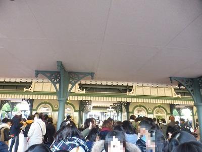 東京ディズニーランド開園待ちチケットブースの屋根の下あたり