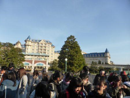 東京ディズニーランドの開園待ち中に後ろに並ぶ人が増えてきた様子