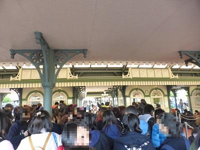 東京ディズニーランド開園待ちチケットブースの屋根の下を少し進んだところ