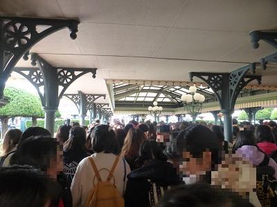 東京ディズニーランドの開園待ちチケットブースを越えてだいぶ前に進んだ様子