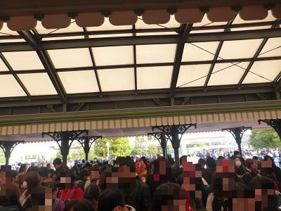 東京ディズニーランドの開園待ちに並ぶ大勢の人