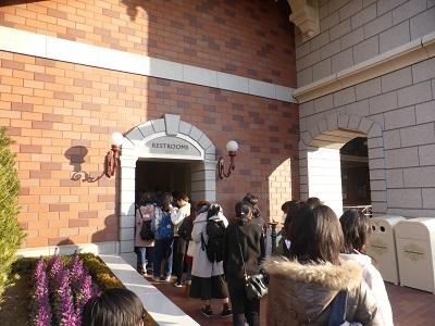 東京ディズニーランドステーションのトイレの12人くらいの順番待ちの列