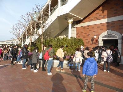 東京ディズニーランド・ステーションのトイレの30人くらいの順番待ちの列