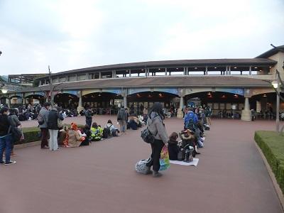 東京ディズニーシーの冬の開園待ち風景