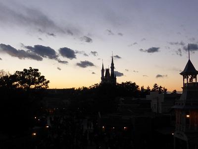 夕暮れに浮かび上がるシンデレラ城のシルエット