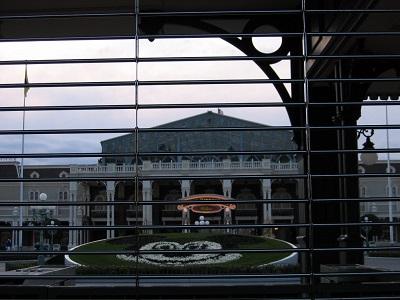 東京ディズニーランドエントランスの花壇